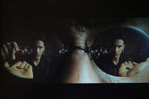 A gauche le fortifiant, à droite le somnifère (photo tirée de The Matrix)